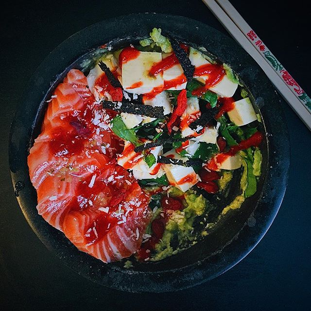 Introducing the avocado bowl 🙌🏼🥑✨ For those nights when you can't choose between guacamole and poké 🙃 Tonight's was topped with salmon sashimi 🐟, jalapeño salsa from #wildfirefoods 🔥, tofu, spinach, dried seaweed, coconut flakes, goji berries, lime juice, and a drizzle of Sriracha 🌶 #ericsteincooks