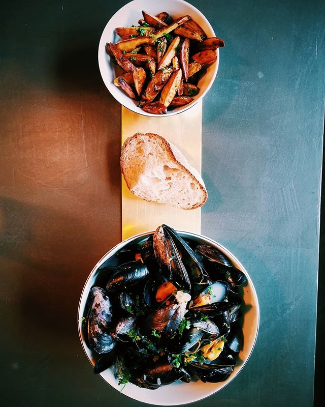 Now these are some muscles worth flexing 💪 Moules in a garlic, lemon, and herb infused rosé broth. Frites made with olive oil, duck fat, rosemary and oregano #ericsteincooks