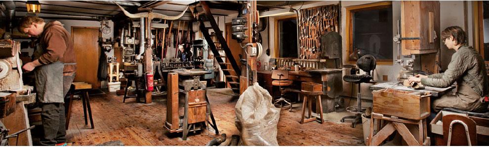 Redecker har eksisteret siden 1935 og er kendt for det gode håndværk. Alle deres produkter er fremstiller af snedkere og i Tyskland.