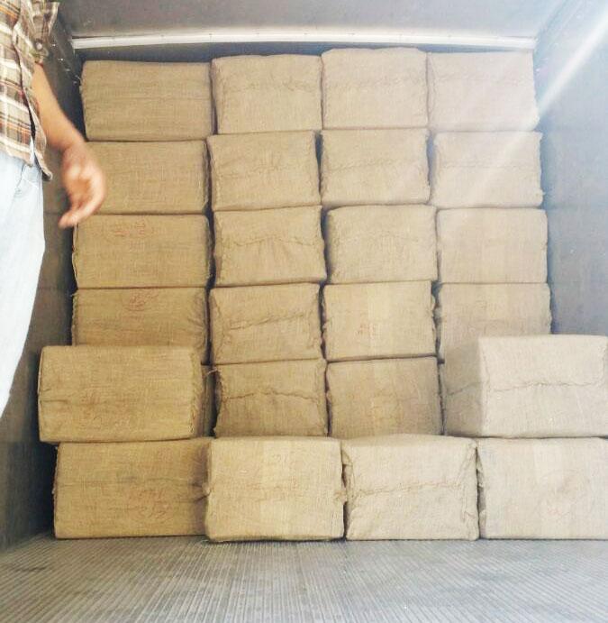 Sådan ser det ud, når vores varer bliver sendt til os. Her er en ladning sæbebær, pakket i jute og papkasser på vej fra Nepal til Danmark. Vi støtter bæredygtig produkion, der heller ikke skaber affaldsproblemer, der hvor varen produceres.