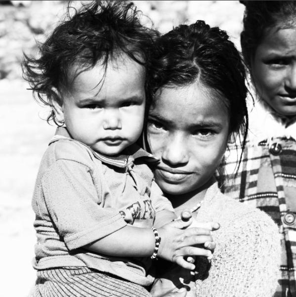 That Red House er dybt involveret i de mennesker som de arbejder så tæt sammen med i Nepal. Kvinder og børn har få muligheder hvorfor de sikrer kvinderne med sygeforsikring, uddannelse i bæredygtig forretning og ordentlig løn - så deres børn kan komme i skole. Dét er værdier som løfter vores planet via vores forbrug, i stedet for at nedbryde den. Og det støtter vi 100% op om.