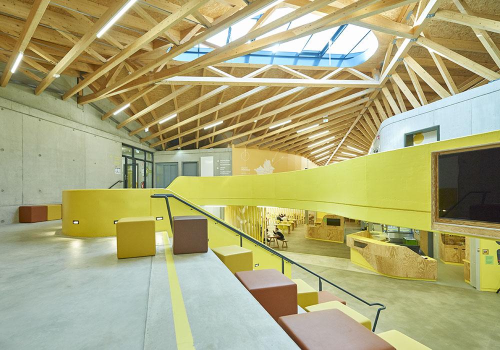lava-jugendherberge-bayreuth-foyer-blick-von-oben.jpg