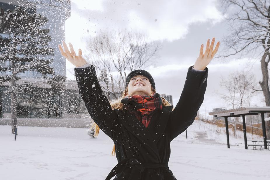 woman-throwing-snow-in-park_925x.jpg