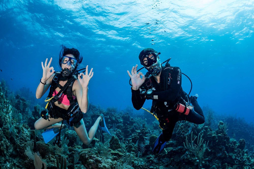 PADI diving Instructor trainee with student