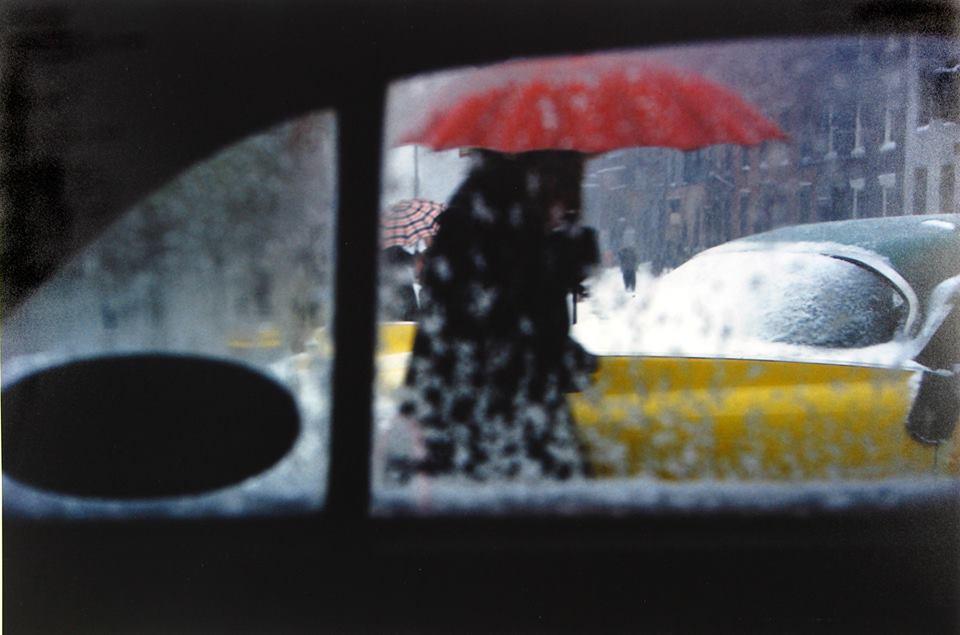 """Saul Leiter Fotógafo que retrata NY y su gente, con manejo del color, las formas y la geometría.""""Salgo a dar una vuelta, llevo una cámara, saco una foto. Yo hago fotografías, he evitado explicaciones más profundas de lo que hago. Yo no tengo una filosofía, yo tengo una cámara"""""""