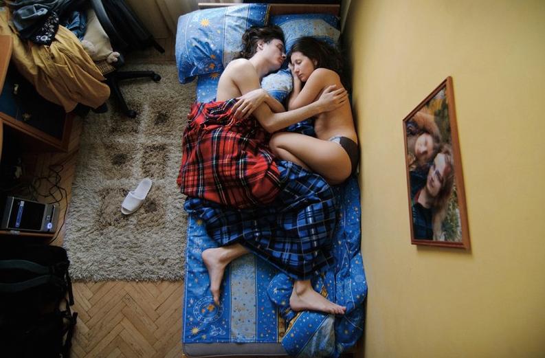 """Jana Romanova Su serie """"Waiting""""de parejas jóvenes durmiendo es de sus proyectos más conocidos.Las fotos las suele hacer a la mañana bien temprano, un momento del día en donde a la gente no le importa mucho su apariencia y luce natural.www.janaromanova.com"""