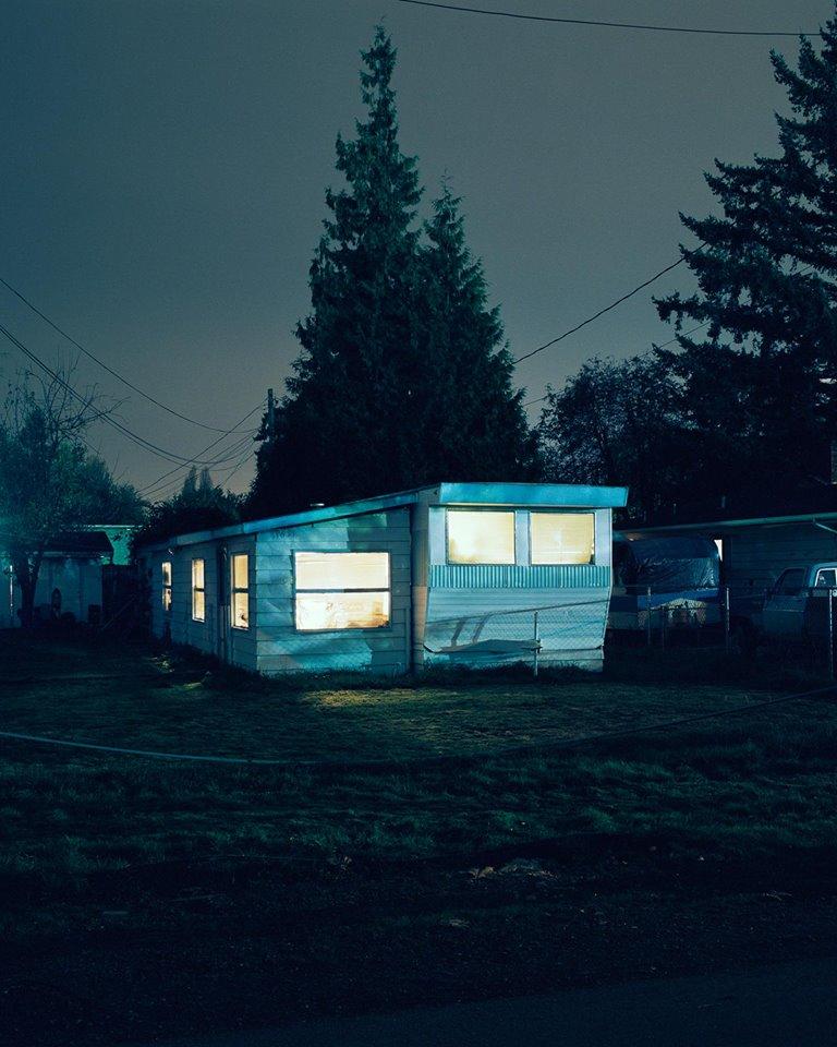Todd Hido Es un artista y fotógrafo contemporáneo de Estados Unidos. Sus obras más conocidas son fotografías nocturnas en barrios residenciales en donde siempre hay alguna luz encendida y se puede ver una atmósfera cargada o llena de niebla que contribuye a acentuar la sensación de misterio. Es muy importante para él que haya alguna luz porque eso insinúa que hay alguien dentro y nos hace pensar en su vida. De este modo la imagen no es sobre el edificio en sí que estamos viendo, sino sobre lo que nos sugiere su interior. Pueden seguir su trabajo en los siguientes links: http://toddhido.tumblr.com/ http://www.toddhido.com/