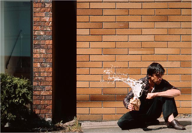 Jeff Wall Fotógrafo canadiense (Vancouver, 1946) pionero del Foto-conceptualismo, movimiento que se nutre de las nuevas tecnologías fotográficas (transparencias de gran tamaño a color, estética y composición cinematográfica, etc) para trabajar sobre la cotidianidad a través de un lenguaje visual en constante reflexión sobre sí mismo.