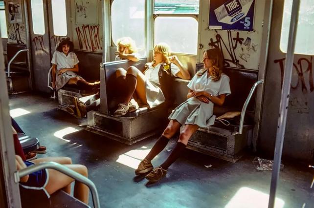"""Willy Spiller """"Hell On Wheels"""" es el trabajo del fotógrafo suizo: Willy Spiller. Muestra imágenes del subte del Nueva York de 1977 hasta 1984. Él vivía en Nueva York en ese momento y documentó sus viajes subterráneos con la curiosidad de un extranjero, fascinado por la prisa y la locura de su época."""