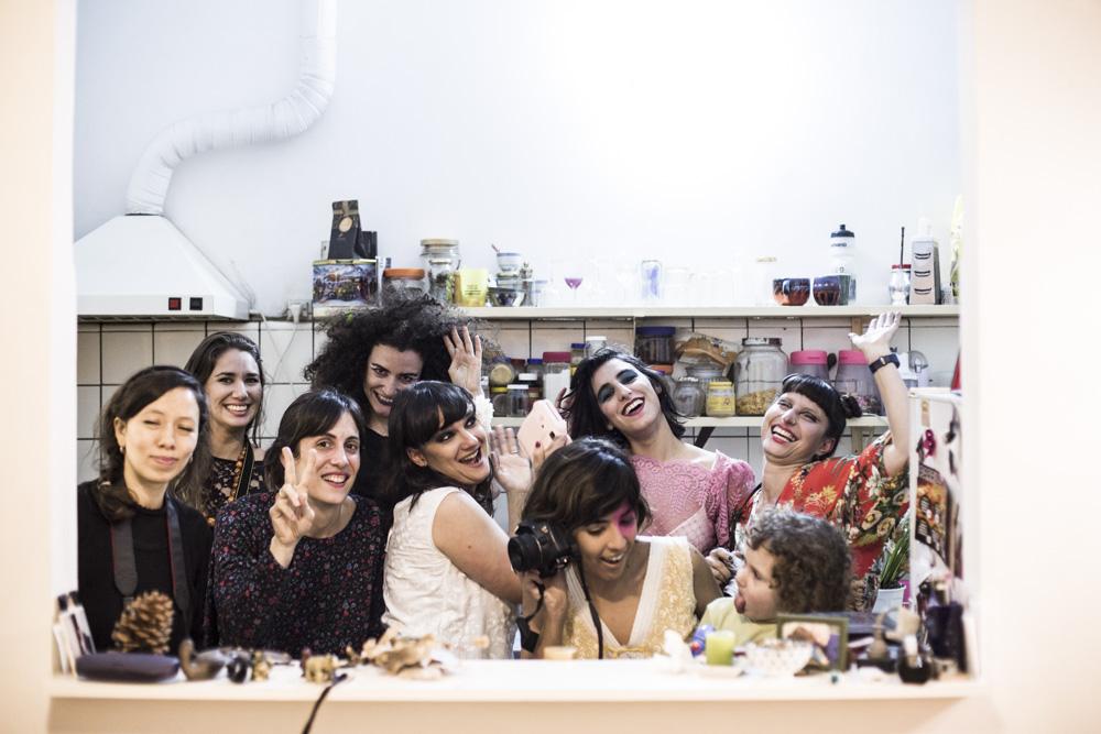 Alumnas del taller Producir la Foto y Acción y Edición en plena producción