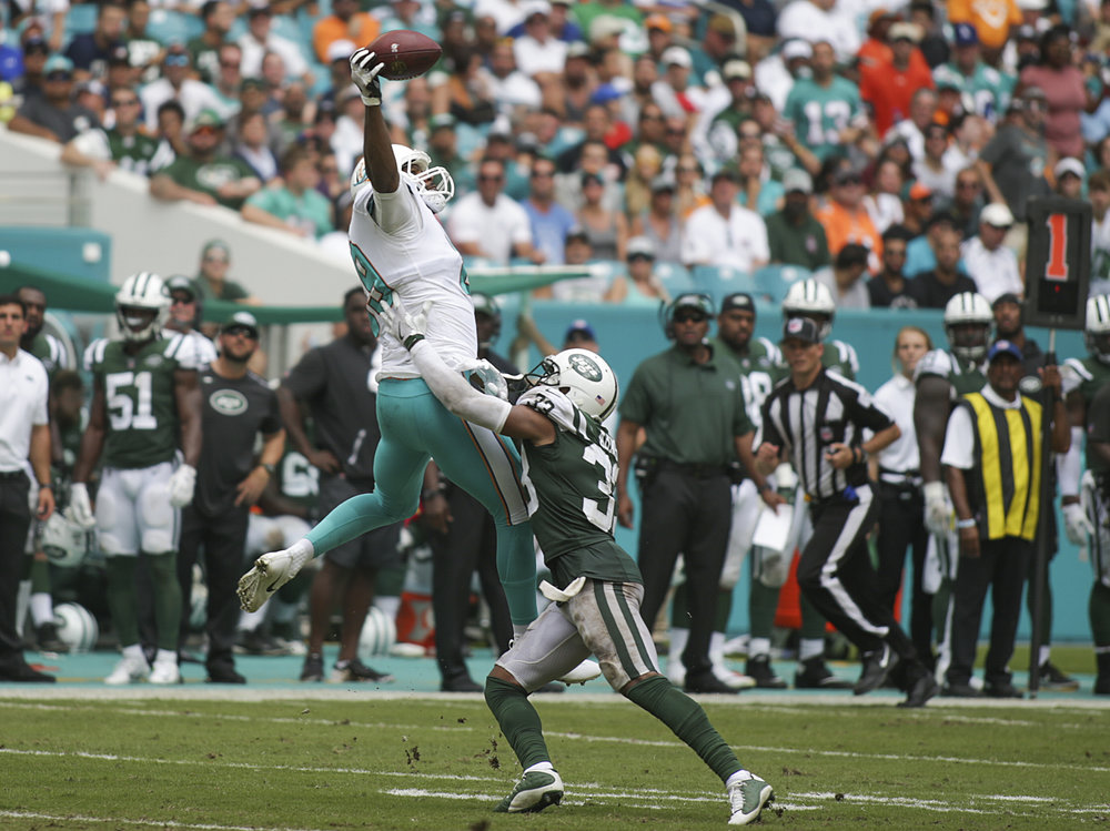Miami Dolphins tight end Julius Thomas (89) makes a 20-yard first-down reception over New York Jets strong safety Jamal Adams (33) in the third quarter at Hard Rock Stadium in Miami Gardens, Fla., on Sunday, October 22, 2017. Final score: Miami Dolphins 31, New York Jets 28.