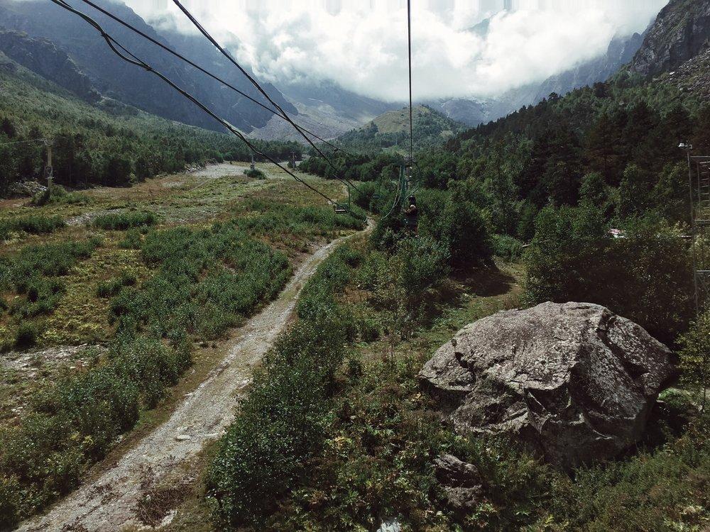 4 сентября - Йога и завтрак с видомТрекинг на Сказский ледникПикник в горахГорячие радоновые источники Мчим в Грузию