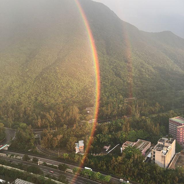 久しぶりにすごい幻想的な景色を見ました😳輪になっているようだけどビルで半分は見えず....吸い込まれるようでした。 It was a magnificent view!!! #viewfrommywindow  #rainbow #虹 #tungchung #hongkong #東涌 #香港 #絶景 #幻想的 #illusion