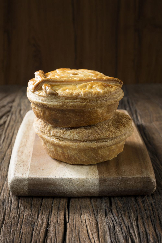 Nuestros 'pies' (pronunciados 'pays') son deliciosos pasteles de carne, pollo o verduras cocinados en distintas salsas. -