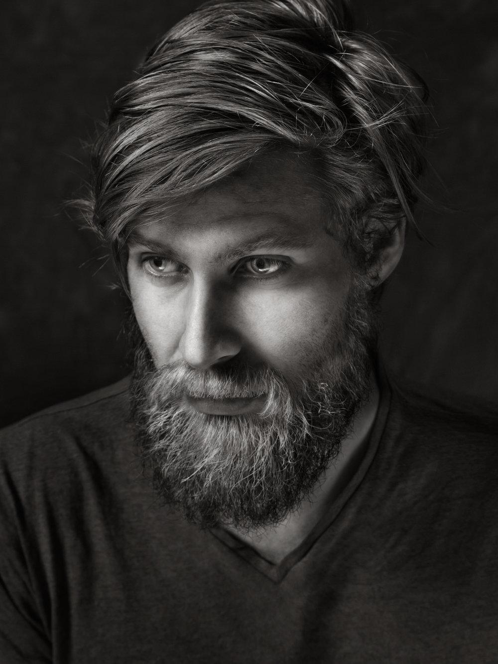 Fotograf Tone Tvedt. Fotograf i Oslo. Portrett av musiker Simen Solli Schøien
