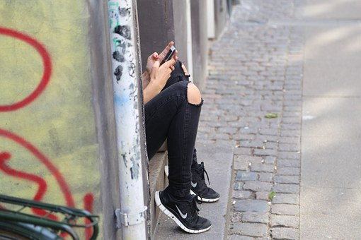 Phone,girl-518517__340.jpg