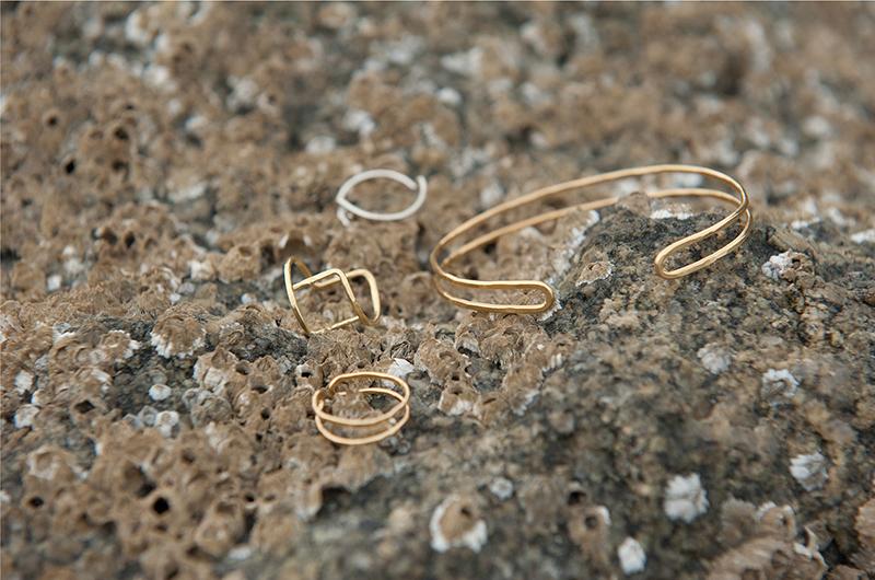 Bracelet et bagues en argent et vermeil, or, plage, été, mer.