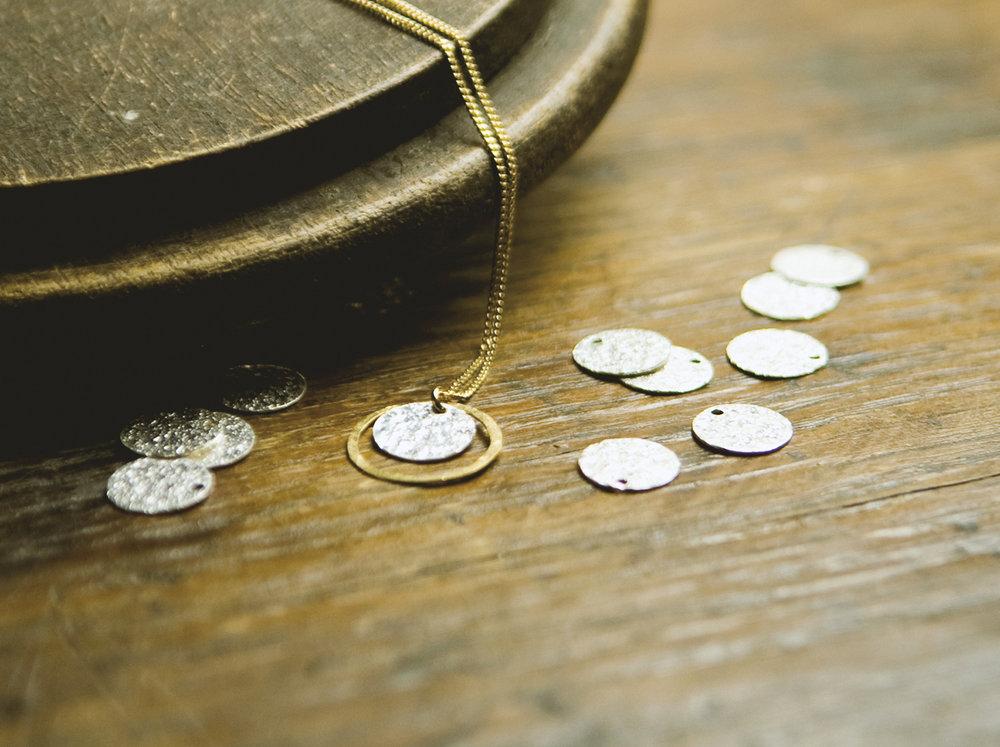 Collier Eclipse bicolore, rond argent martelé, or, bohème, astres, lune et soleil.