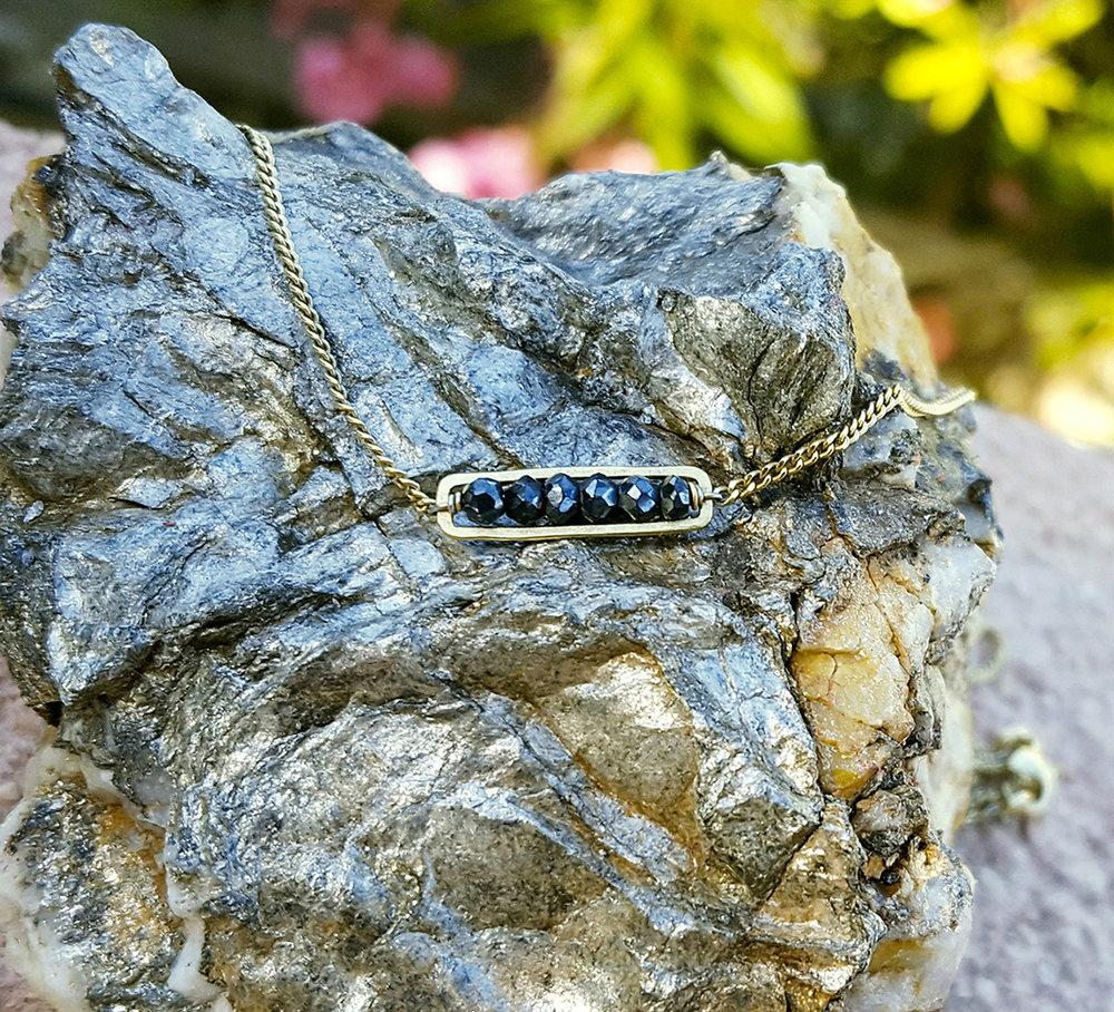 Bijou, collier fin, pierres naturelles, spinelles noires, vermeil, or, roche sédiments Cap Bénat