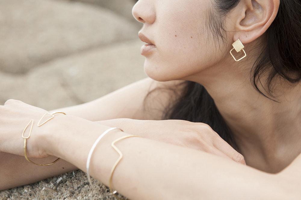 Bracelets, joncs, fins, géométriques, martelés à la main, argent massif, or, vermeil.