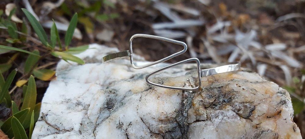 Le bracelet Parcours en argent, roche au Cap Bénat, poussière d'or et d'argent