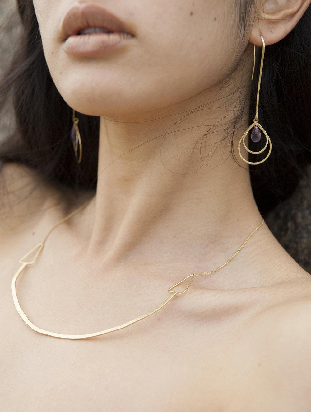 Collier et boucles d'oreilles rigide, or martelé, géométrie, triangle, gouttes d'améthystes.