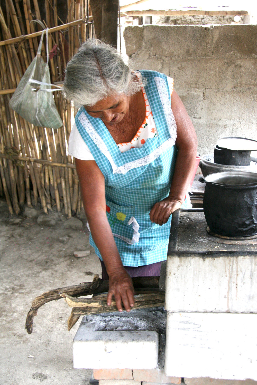 The ONIL Plancha stove was designed taking into account the needs of women to prepare food in rural homes, where the consumption of firewood is extremely high and out of budget. It uses a combustion chamber designed to take advantage of a high percentage of the energy generated and reducing fuel consumption by up to 65% compared to an open-fire (three-stone fire).