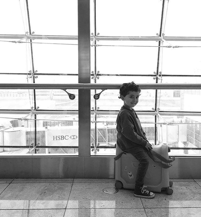 @jetkidscom making our travel journey that much nicer, no tired little legs around the maze that is Dubai airport! And one little boy happy to be on his way back home! . @jetkidscom rend notre voyage bien plus sympathique, pas de petites jambes fatiguées autour de ce labyrinthe géant qu'est l'aéroport de Dubai! Et un petit garçon heureux de rentrer à la maison! Sa maman à Le cœur un peu plus serré cependant 😣 . #jetkids #jetkidsbedbox #dubai #dubaiairport