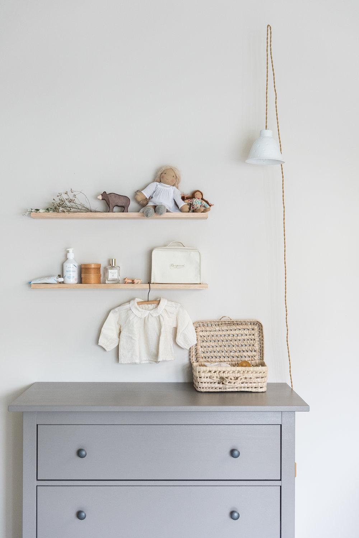 baladeuse  Alix D. Reynis , commode Hemnes IKEA, blouse  Yellowpelota , poupées  Happy To See You , ours en bois  Bonton,  produits de soin  Minois