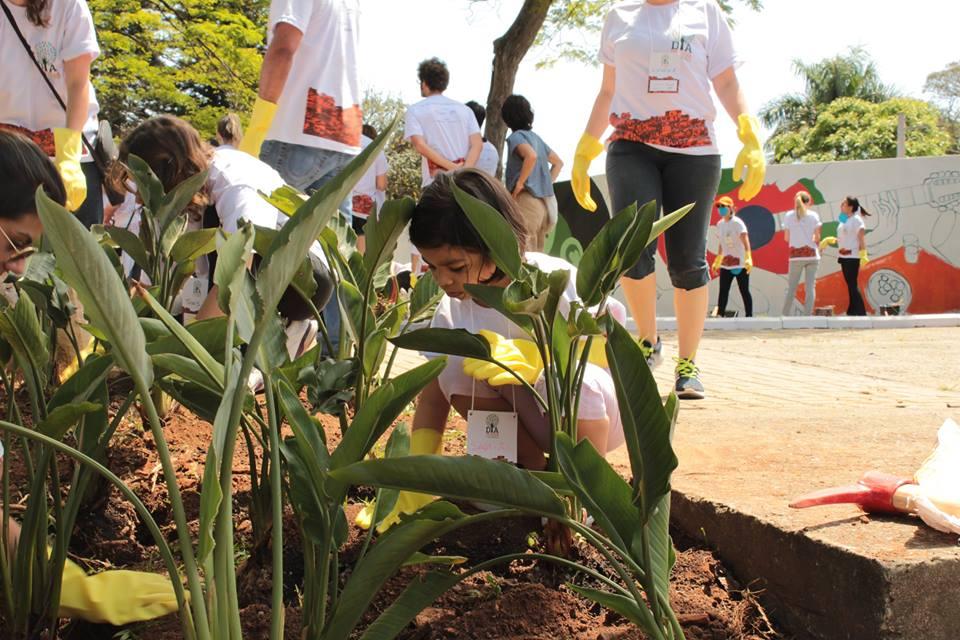 Projeto de ativação da praça próxima à ONG envolveu alunos e a comunidade