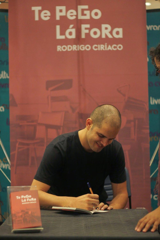O autor no lançamento de Te Pego Lá Fora, em 2014, na Livraria Cultura. Foto: Efeito Colateral
