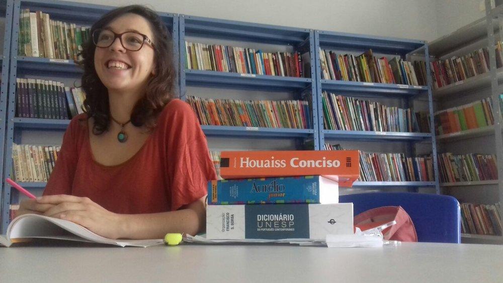 Maria Eduarda é do interior de São Paulo e atualmente estáprofessora de uma escola pública na periferia de Cuiabá (MT). No Entrelinhas e laços,ela abre seu diário e nos conta histórias que mostram a importância das sutilezas na educação