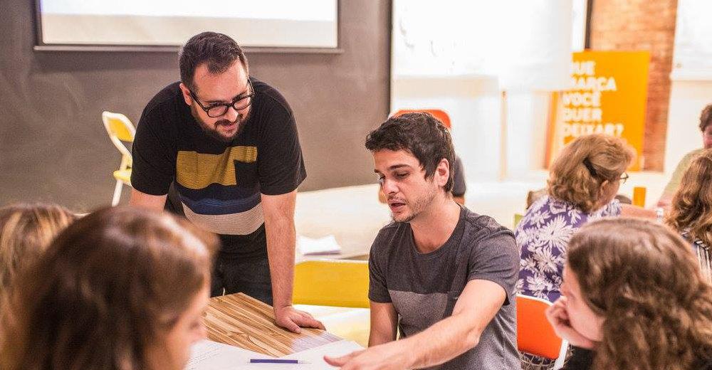 """Uma conversa com Gustavo Brito """"O que você quer aprender?"""", Gustavo Brito, do Extramuros, conta como trabalha no Autorama, um de seus projetos, para desenvolver uma aprendizagem autônoma com crianças do Rio de Janeiro a partir dessa pergunta"""