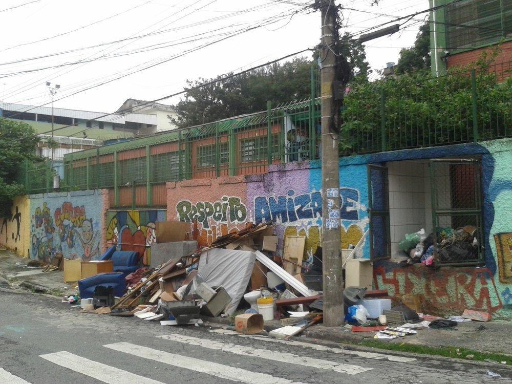 A fachada da EMEF Sebastião Francisco, o Negro era ponto de acúmulo de lixo em seu bairro (Reprodução/Portal Aprendiz)