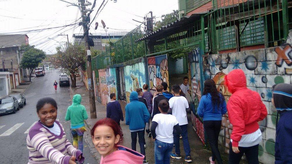 Alunos da EMEF Sebastião Francisco, o Negro, em caminhada para identificar os problemas das calçadas no entorno da escola (Reprodução/Portal Aprendiz)