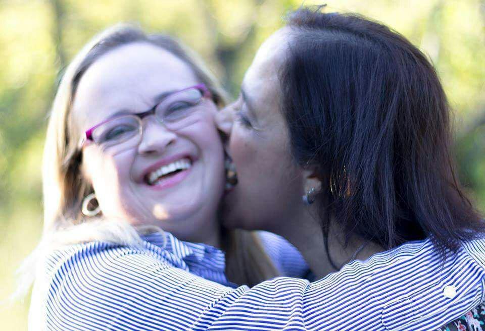 Karina Gouvea e a mãe Gislene. Trabalhando desde os 16 anos e com ensino médio completo, Karina Gouvea teve grande incentivo da arte (Reprodução/Catraquinha)