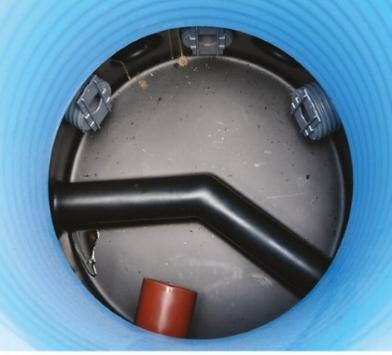 Fördelningsbrun med tre utlopp som har skibord. Framför inloppet finns en dämpskärm som minskar farten på inkommande vatten.