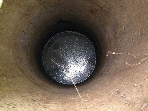 Vattennivån är över både in- och utlopp. Det kan betyda att efterföljande infiltration eller markbädd är för tät.