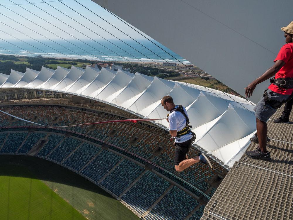 Saut à l'élastique au stade Moses Mabhida - Le stade Moses Mabhida se trouve à Durban et a accueilli de nombreux matches de la Coupe du Monde. Maintenant, vous pouvez y faire un saut à l'élastique.