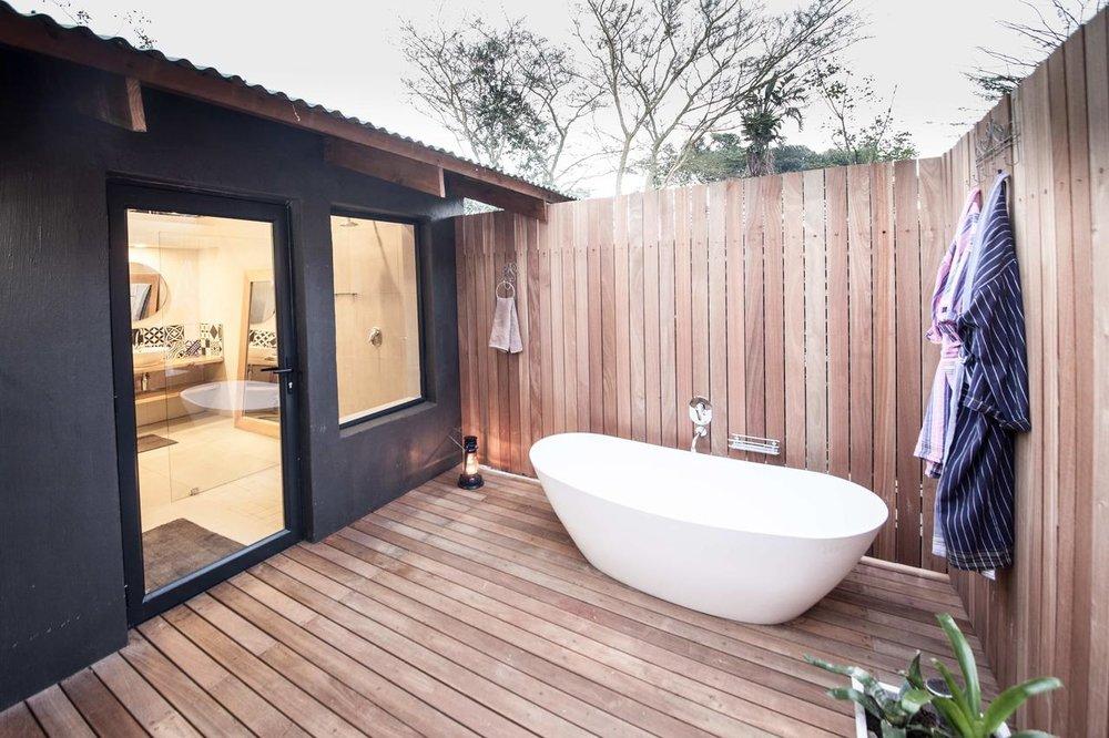 makakatana_new_family_room_outdoor_bathroom.jpg