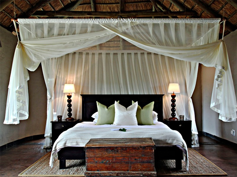 Addo_Eastern_cape_safari_accommodation_hlosi_game_lodge_luxury_suite_bed.jpg