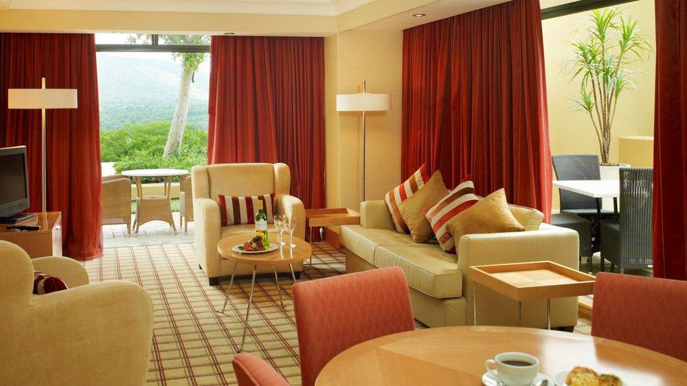 sun-city-hotel-luxury-suite-lounge-1209.jpg.sunimage.1400.730.jpg.1366x768_q85_crop_upscale.jpg