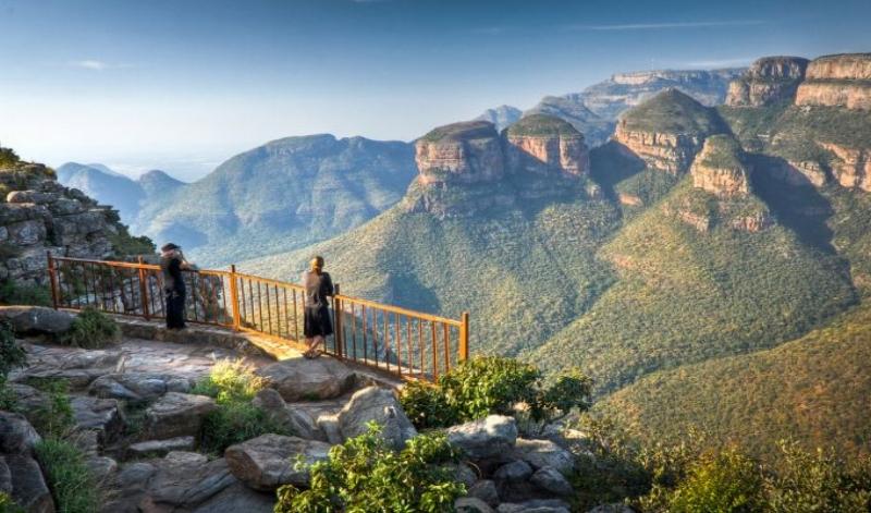 La Route Panoramique - Découvrez la Route Panoramique d'Afrique du Sud menant au célèbre au Parc Kruger. Paradis naturel réputé pour ses magnifiques paysages montagneux, ses canyons et la diversité de sa faune, cette route vous offre plusieurs destinations différentes à explorer durant votre séjour.8 jours /7 nuits