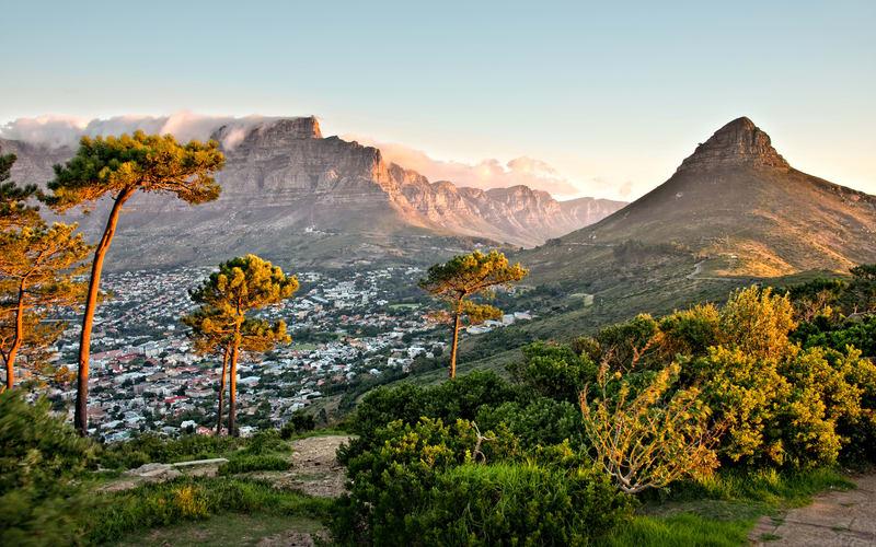 The Mother City                      - Découvrez l'incroyable ville de Cape Town et ses alentours à travers cet itinéraire authentique. Visitez le Cap comme un local,montez au sommet de Table Mountain, mangez dans un