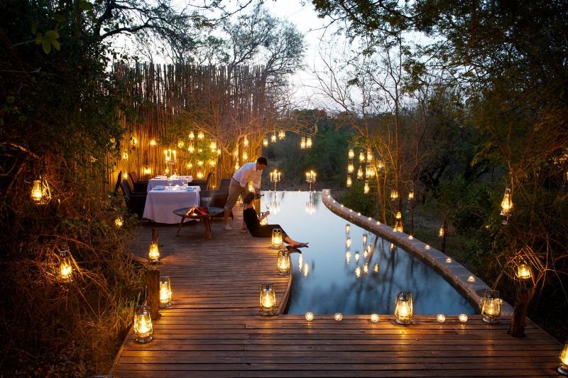 Voyage de noces découverte et passion - Quoi de plus romantique qu'un repas dans une réserve privée au coucher du soleil avec une vue sur la savanne sud africaine ? Quoi de plus adorable qu'une maman lionne et son petit ? Toutes ces expériences sont à vivre à travers cette lune de miel.8 jours / 7 nuits