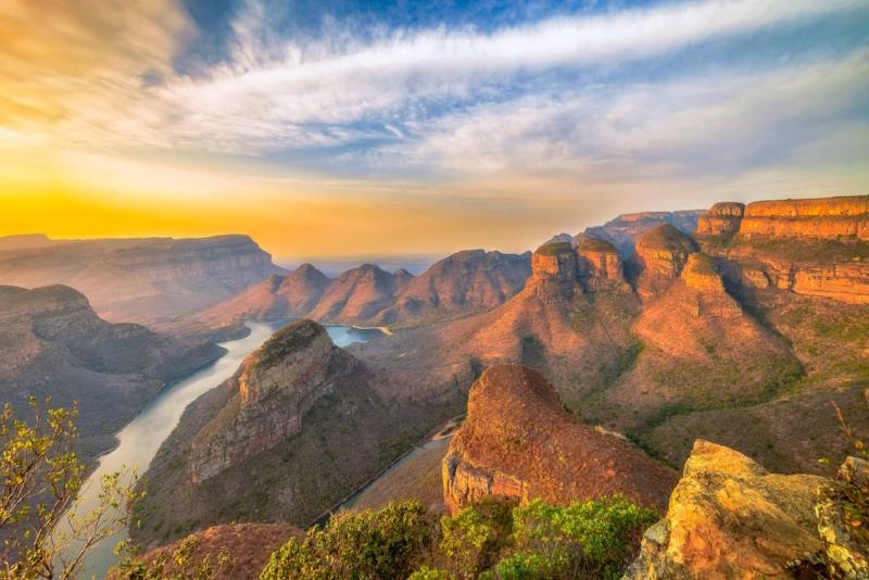Afrique du Sud - L'Afrique du Sud est un pays étonnant, émouvant et envoûtant. De part sa nature regorgeant de paysages si riches et si différents : montagne, océan, désert, savanne, forêts ... De part sa culture diverse et vibrante qui s'exprime en musique , dans la cuisine et à travers ses onze différentes langues.