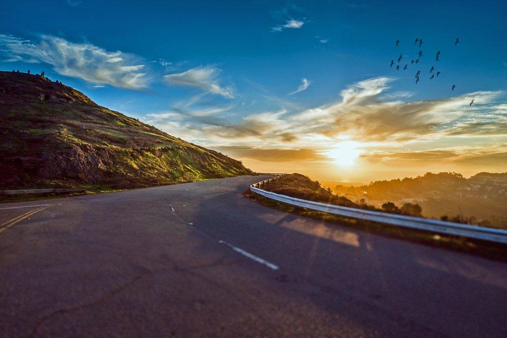 Circuit en Voiture - Aimez-vous voyager le long des routes ? Vous arrêter où et quand vous souhaitez ? Faire un détour pour visiter un village ou profiter d'un point de vue ? Déjeuner à l'heure que vous désirez? Choisir vos haltes selon votre humeur ou le climat ? Alors le road trip est fait pour vous.