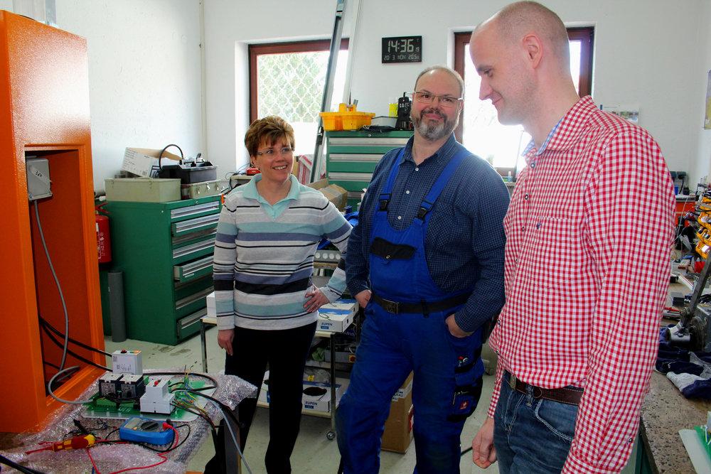 Fr. Aufinger-Reiter und Hr. Reiter mit Marcus Oeltjebruns beim Testen der neuen Steuerung.