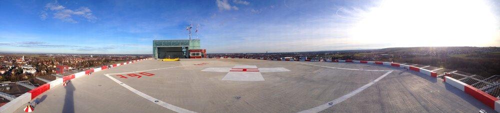 Hubschrauberlandeplatz und Hangergebäude auf dem Dach des Klinikum Augsburg