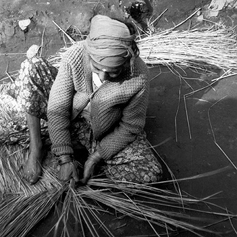 Women weaving to earn extra money.  Yethi Raj / PhotoVoice / LWF
